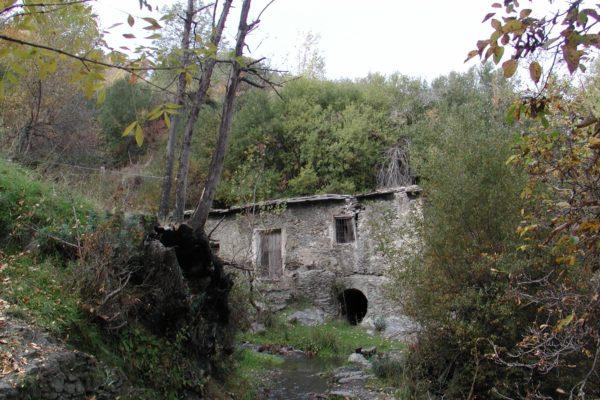 Molino de la Carraca, al lado del Sendero de la Junta de los Ríos